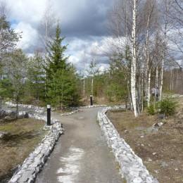 По этим дорожкам водят экскурсии в Рускеалу